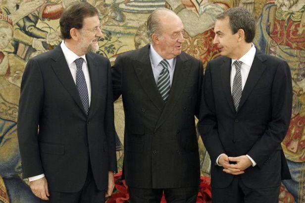 Mariano Rajoy, el Rey Juan Carlos y Rguez. Zapatero durante la investidura de Rajoy 2011 - Foto: El País